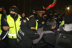 Гневът продължава: Протестиращи два пъти пробваха да щурмуват Министерския съвет
